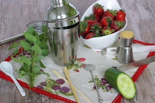 Postup ani nemôže byť jednoduchší :D Všetky ingrediencie okrem ľadu si pridáme do mixéra a rozmixujeme. Nalejeme do koktail pohára, prisypeme ľad, odzobíme plátkom limetky, jahodou a podávame.