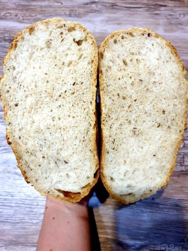 Chlebík uskladňujem v tenkom igelitovom sáčku, do ktorého som si ihlicou navrchu spravila 6 dierok. Takto mi zostane najchutnejší aj na 4 deň. Ak by vám chlebík na druhý, tretí deň nechutil, čerstvú chrumkavosť mu dodá, ak ho dáte nachvíľu na mriežku hriankovača z oboch strán na 30 sekúnd, alebo do rúry na 100 stupňov 3-4 minútky.
