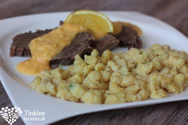 Z vývaru zoberiem mrkvu, petržlen, zeler a rozmixujeme s vývarom z polievky na krémovú konzistenciu. Pridáme maslo, čerstvé vňate, šťavu z citróna, soľ a hotovo. Kto má rád, môže pridať aj šlahačkovú smotanu. Pre dospelých nastrúhame do omáčky čestvý chren. Nakrájame mäsko, prelejeme šťavou a podávame.