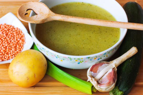 Po otvorení dochutíme polievku plátkom masla, soľou, muškátovým orieškom a kvapkou citrónovej šťavy. Ak máte radi, kľudne prilejte trochu smotany.