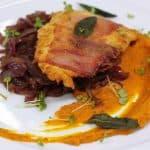 Kuracia saltimbocca na šalviovom masle, tekvicové pyré, cibuľové čatní