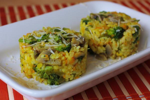 Pridáme kurkumu, himalájsku soľ, ryžu, dolejeme vriacou vodou z kanvice (cca 1-2 cm nad povrch zmesi) prikryjeme pokrievkou a na najmenšom ohni dusíme cca 10-12 min., resp. dokým sa nám nevyparí voda a ryža je vláčna. Ak je ryža tvrdá dolejem ešte trošku vody. Ak je ryža hotová a nemali sme čerstvé struky hrášku, teraz je ten správny čas prisypať mrazený spolu s brokolicou. Zamiešame, prikryjeme pokrievkou a dusíme cca 1 minútu. Vypneme, vhodíme plátok masla a necháme dôjsť pod pokrievkou cca 5 min. Premiešame, dosolíme a podávame :)