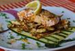Grilovaný losos v sezamovej kruste, zelerové hranolčeky a marinovaná cuketa