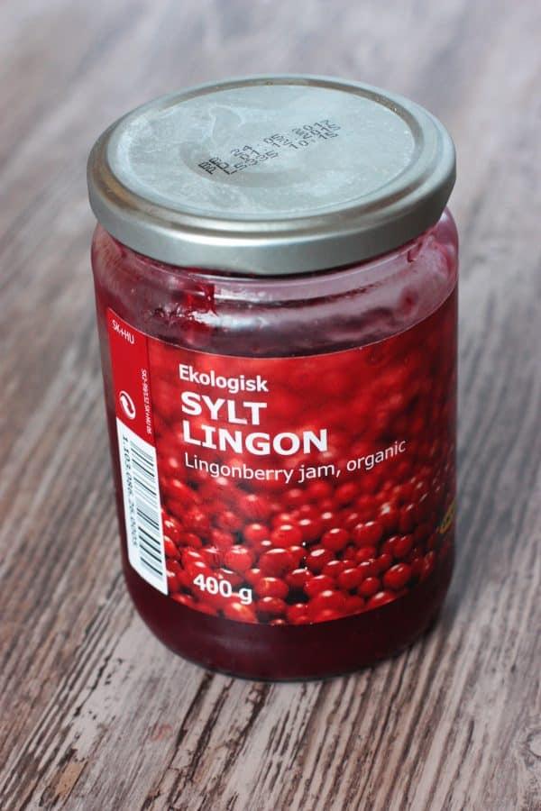Na cesto nanesieme brusnicový džem. Nie úplne k okrajom, kraj necháme asi 5 cm voľný, aby sme ho potom mohli preložiť na ovocie. Džem som kúpila v Ikei.