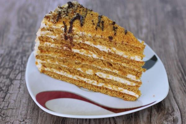 Nad parou si rozpustíme 2 tabličky čokolády s trochou kokosového oleja a pofrkáme ňou vrch torty. Čokoládu necháme zaschnúť a krájame. Torta je najlepšia až na druhý deň, keď pláty úplne zmäknú.