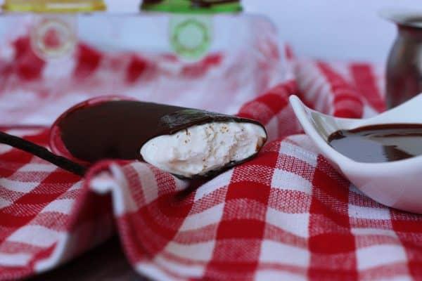 Čokoládu buď nalejeme do vyššieho úzkeho pohára, aby sme mohli nanuk do nej celý namočiť a čokoláda bola rovnomerná, alebo len lyžicou nanuk pofrkáme. Čím je čokolády viac, tým je lepší. Čokoláda ihneď tuhne. Nanuky namáčame do čokolády tesne pred podávaním.