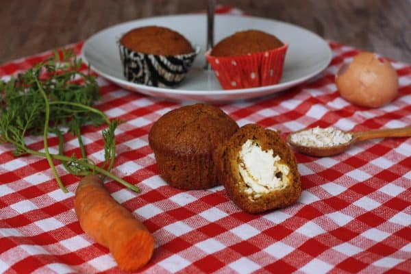 """Muffiny môžete pripraviť aj bez tvarohu, budú vyššie. Alebo do upečených muffinov vydlabať dierku a naplniť čerstvým tvarohom, prípadnú túto tvarohovú zmes použiť na ozdobenie, štýl """"cupcakes"""". Povrch muffinov môžete posypať posekanými vlašskými orechmi, alebo ovsenými vločkami."""
