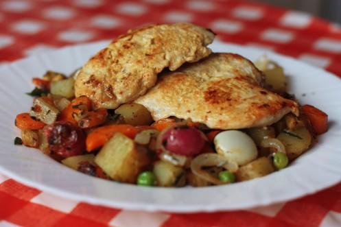 Mäso si potrieme dijonskou horčicou (stačí na jednej strane), osolíme, okoreníme a sprudka opečieme na troche olivového oleja buď na grile, alebo na panvici.