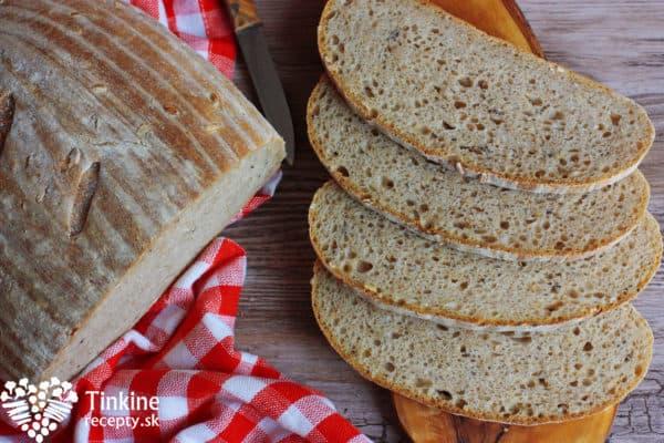 Upečený chlebík vyberieme a preložíme na mriežku alebo niečo, čo je vyššie a odkiaľ môže zospodu unikať teplo z chlebíka. Ak nemáte malú mriežku, vyberte tú z rúry a nechajte vychladnúť na nej. Určite nedávajte na nejakú plnú drevenú podložku a iné, chlebík by sa zdusil. Chlebík pofŕkajte trochou studenej vody a prikryte na 5 minút utierkou, aby sa zaparil a kôrka zostala chuťovo fantastická. Nechajte ho úplne vychladnúť aspoň hodinu, inak sa v strede zadusí a zostane mokrý. Ideálne ho nechať zvečera do rána, resp. 5 hodín, vtedy je fantastický.